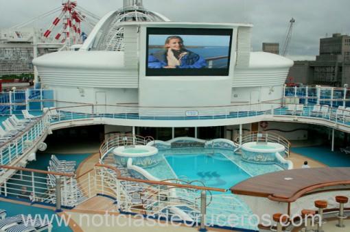La Neptune´s Reef and Pool demuestra que ahora no se puede tener una piscina descubierta sin su pantalla de video gigante