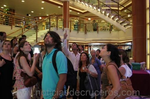 Parados en la Grand Plaza, Rodrigo explica qué hay en los diferentes niveles