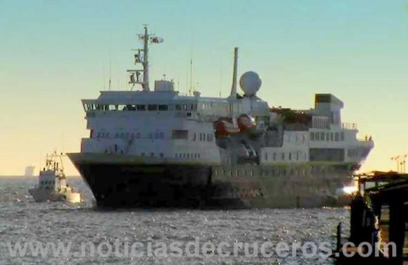 El National Geographic Explorer avanza por el Km.1 de la hidrovía de acceso al puerto de Buenos Aires con su único pasajero.