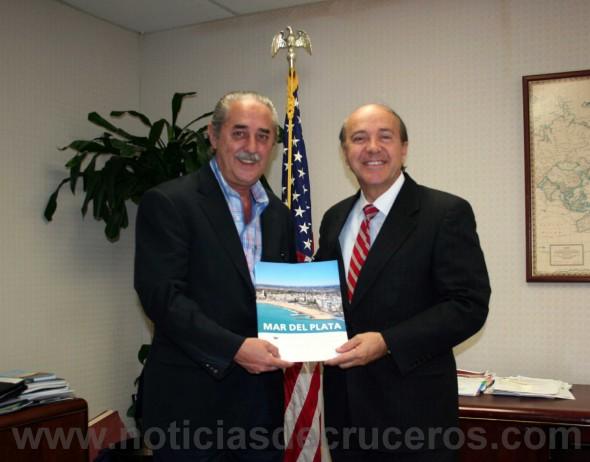 Eduardo Pezzati entrega a Carlos Buqueras una carpeta con toda la información del Puerto Mar del Plata