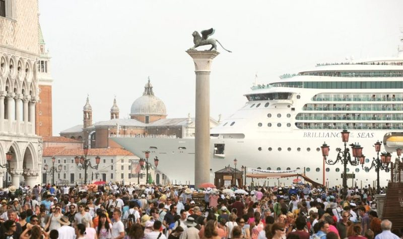 El Brillance of the Seas navegando por el Gran Canal en Venecia
