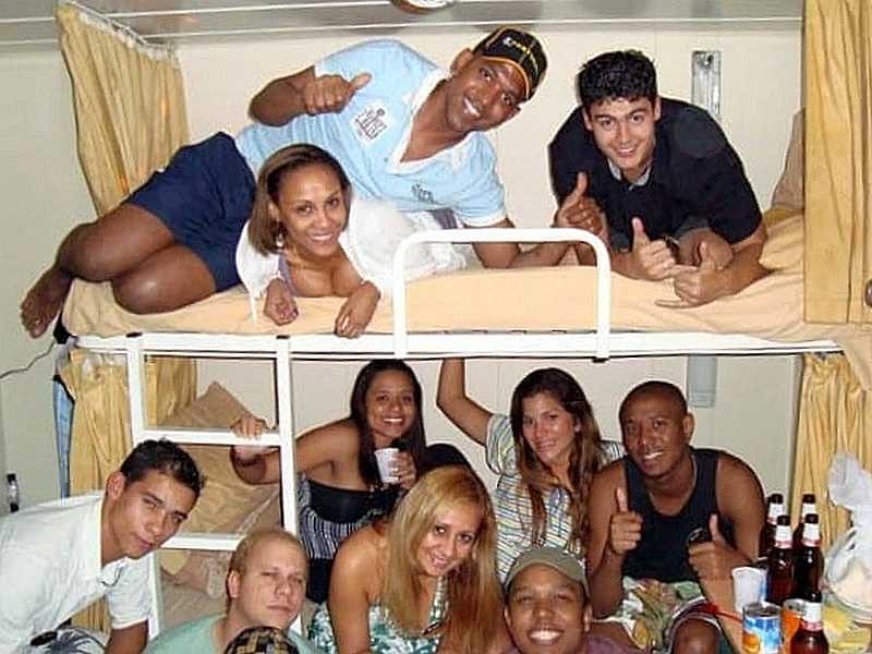 Tripulantes en una fiesta particular, en una de sus cabinas. Algo que puede terminar en sexo.