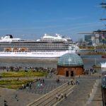 El Viking Sea navega río arriba por el Thames y pasa junto al Cutty Sark Museum