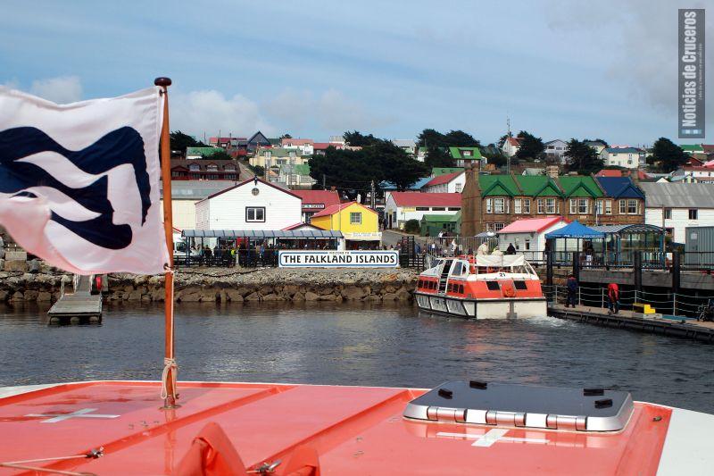 La llegada de los tenders al muelle público, frente al Centro de Información del Visitante. Islas Malvinas.