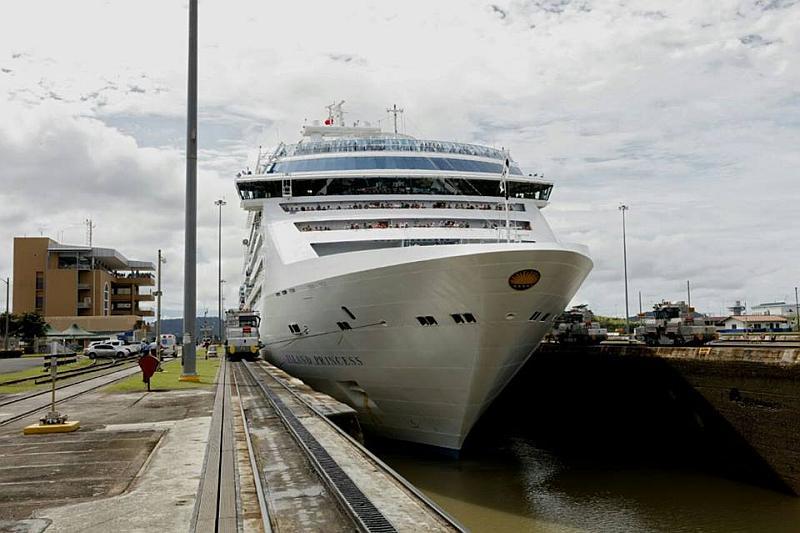 El Island Princess en el Canal de Panamá
