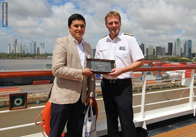 El Dr. Alejandro Ok entrega al Capitán Ane Jan Smit una placa recordatoria de su paso por Buenos Aires, como primer crucero de la temporada.