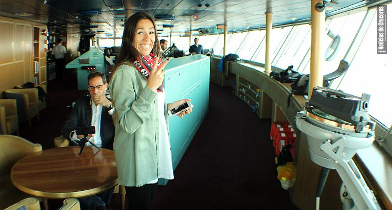 Salomé Areco y Juan Martín Leonetti en el puente de mando del Zaandam durante la grabación de Cruceros en la Ciudad