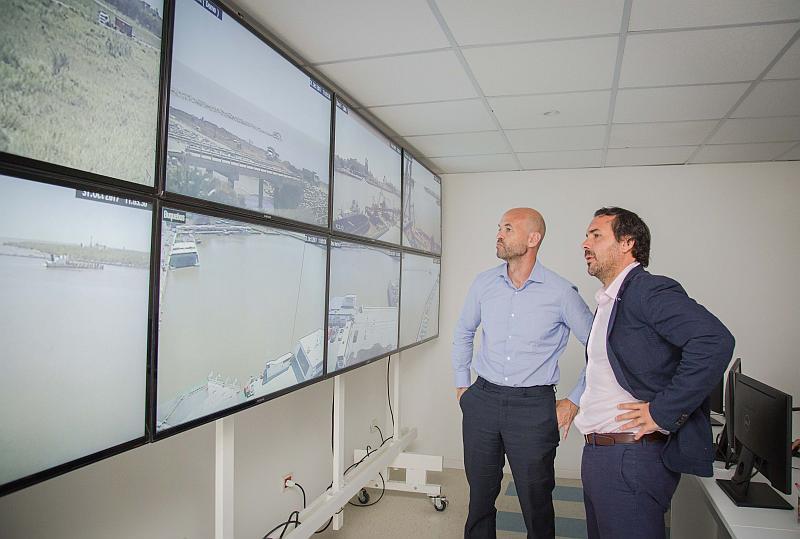 El Ministro Guillermo Dietrich y Gonzalo Mórtola en la recorrida por el centro de monitoreo