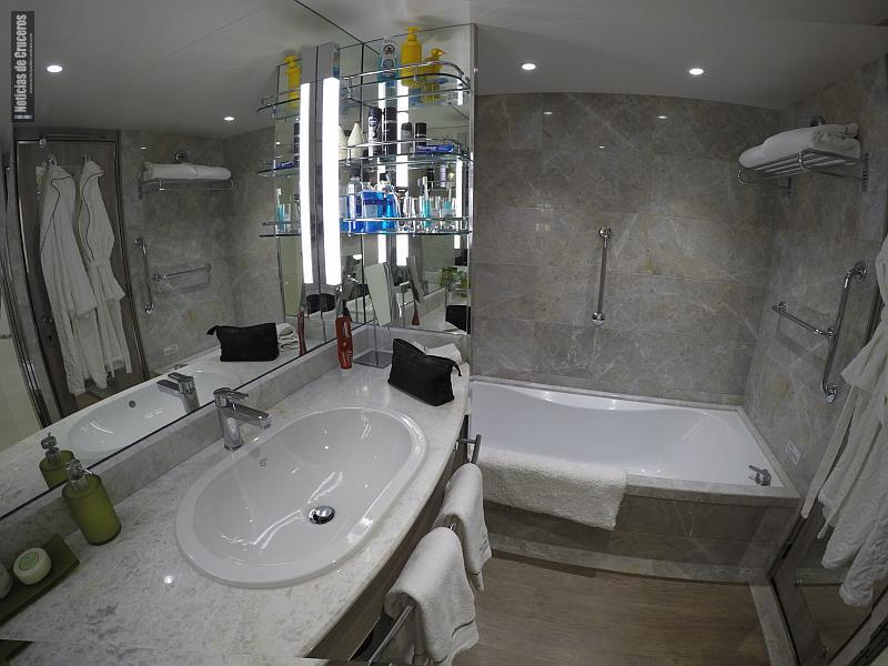 El baño de mármol con tina, otro detalle de lujo en nuestra suite.