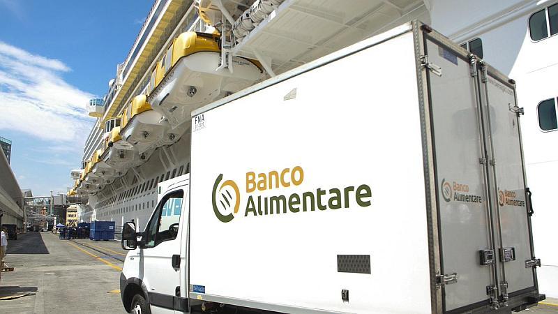 Camión del Banco Alimentare junto al Costa Diadema
