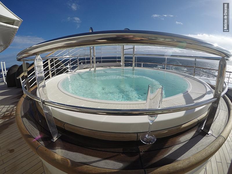 El jacuzzi de popa del Silver Muse, con una copa de champagne Heidsieck vacía. Digno cónclave privado, dentro de la selecta nave.