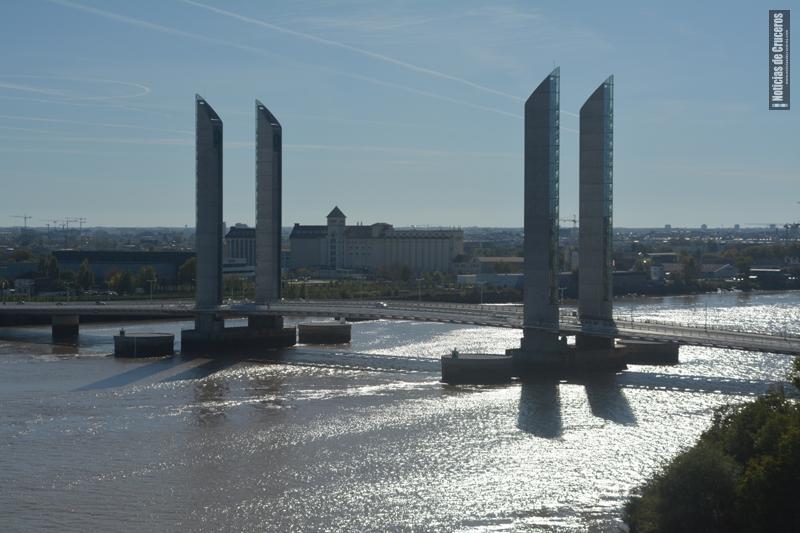 Puente levadizo sobre el Garonne en Bordeaux
