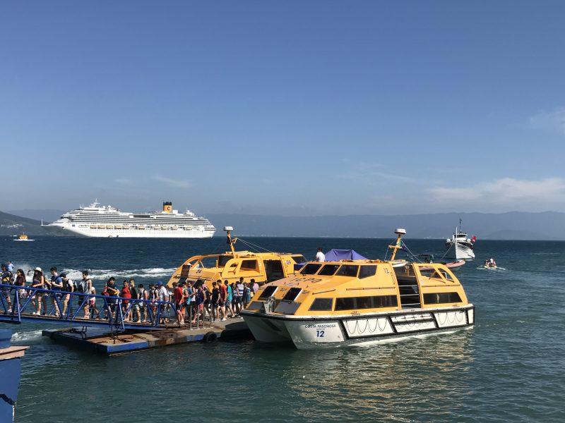 Desembarque en el muelle de Ilhabela, desde los tender del Costa Fascinosa