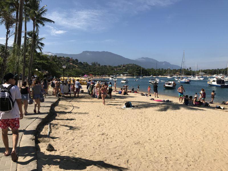 La playa más cercana al muelle es una buena opción para aprovechar el poco tiempo en la isla.