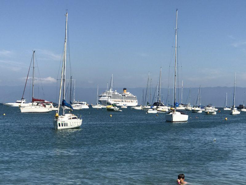 El Costa Fascinosa, custodiado por los veleros de la zona.