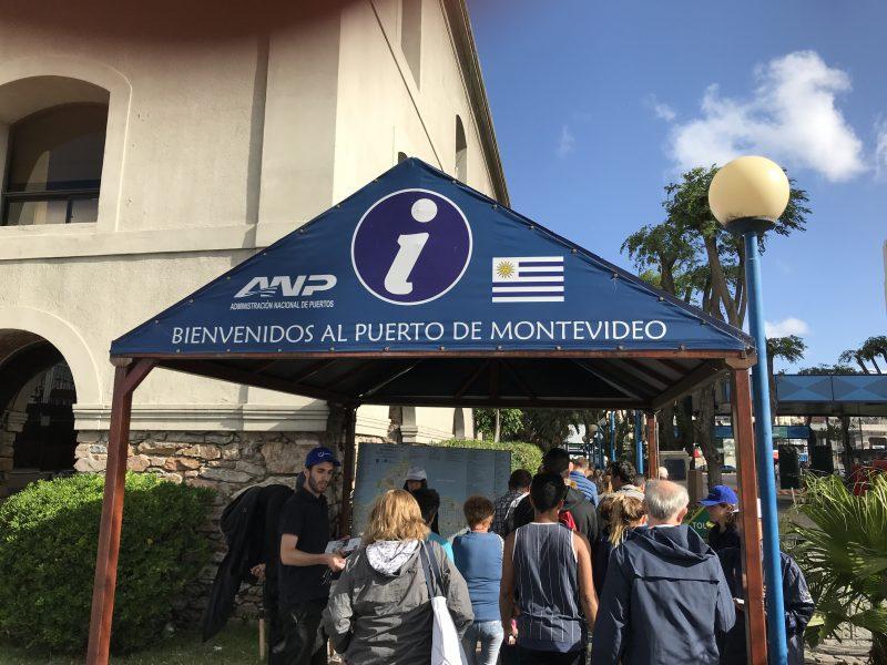 3 horas después de lo previsto debido al clima, llegamos a Montevideo.