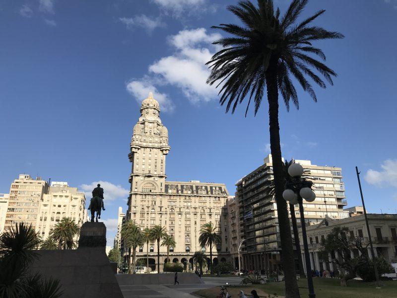 El Palacio Salvo se impone en la vista, custodiado por Artigas