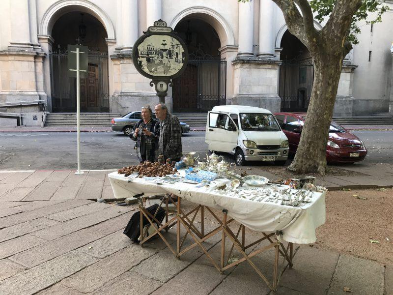 Artesanos uruguayos venden sus productos en las plazas