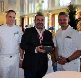 Ricardo Marengo recibe un presente de manos del Capitán del AIDAcara