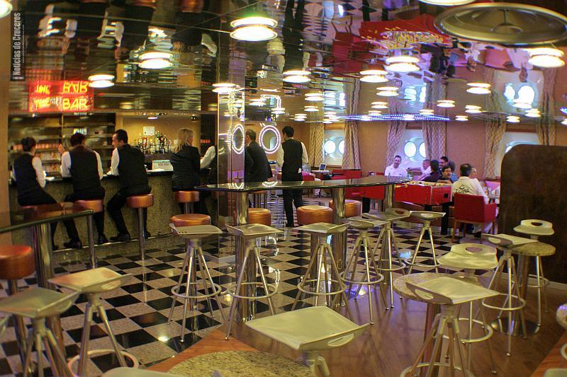 Bar de tripulantes del Costa Fascinosa