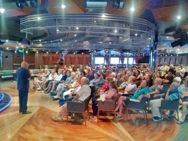 Guido MInerbi conduciendo la charla de Cine en el Costa Fascinosa