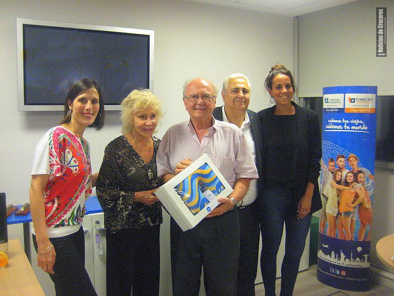 Florencia Mesa, José Mundo y Cecilia Bersuker con los ganadores del sorteo, que se llevaron un recuerdo de Costa Cruceros