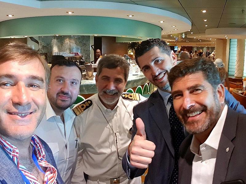 """Gerardo Ducau de Panamerica Cruise, Luigi Di Palma Hotel Director de MSC, Raffaele Russo, Capitán de MSC, Achile Staiano de MSC Ginebra y Javier Massignani de MSC Argentina, haciéndose una """"selfie"""" en el evento."""