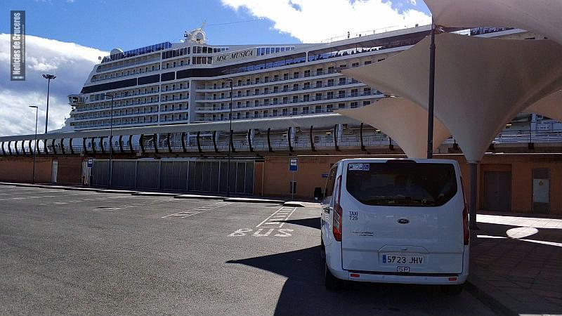 Uno de los taxis de Málaga junto al MSC Musica