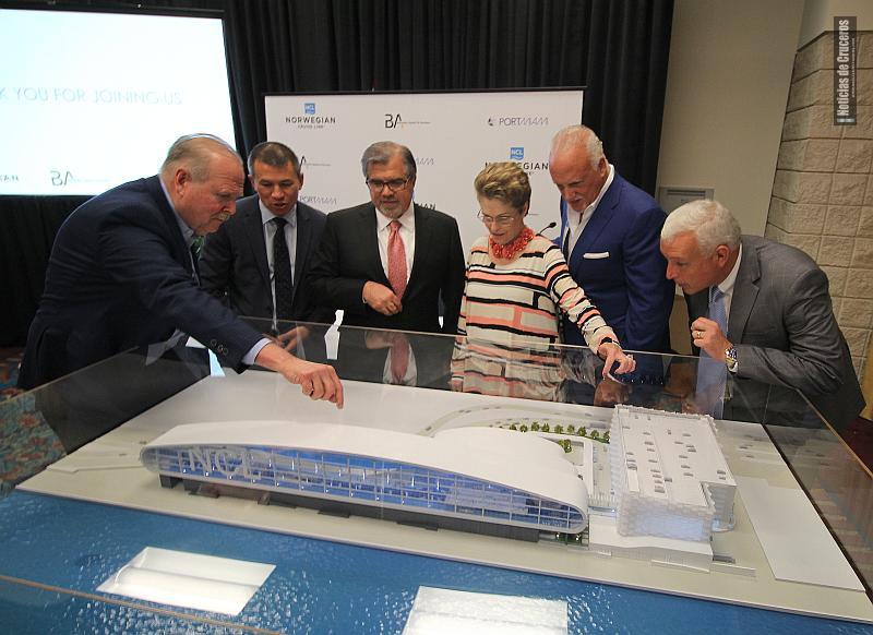 Luis Ajamil explica a Andy Stuart, Frank Del Río, Rebeca Sosa y Carlos A. Giménez los detalles de la nueva terminal de Norwegian Cruise Line en el PortMiami