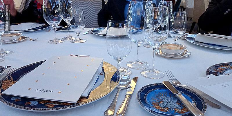 La vajilla del restaurante Compass Rose es de Versace