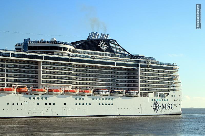 Un crucero de la clase Fantasia (el MSC Preziosa) fondeó frente a Florianópolis este 24 de marzo. (foto Archivo).
