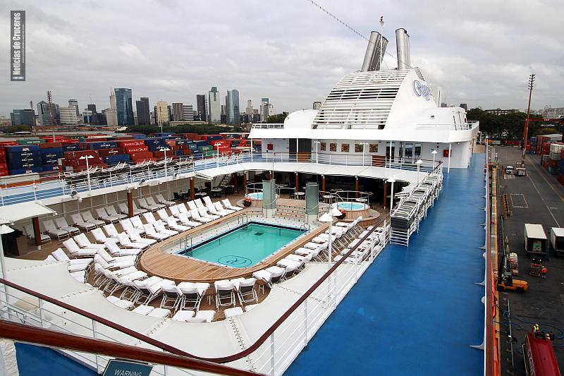 La cubierta del Seven Seas Navigator en un día plomizo de otoño