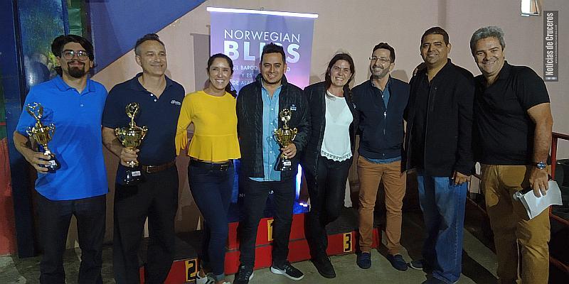 Mariano Stabielli, Larisa Valero, Rudy Vazquez y los agentes de viajes ganadores en la noche del lanzamiento.