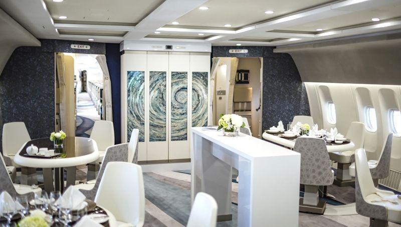 """Entre las comodidades del Crystal Skye se cuenta lo mejor para el entretenimiento a bordo, conexión wi-fi, seis toilettes con """"ambiente de spa"""" y un lounge con tragos y entremeses."""