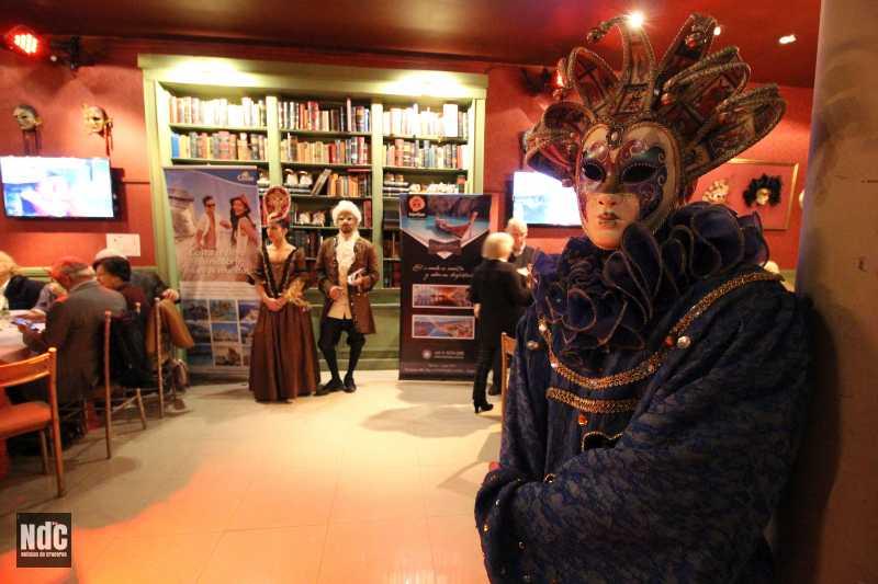 El restaurante decorado al estilo del Carnaval Veneciano recibió a los invitados a participar del viaje inaugural del Costa Venezia
