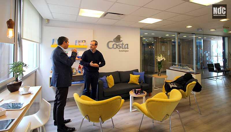 Dario Rustico y Maximiliano González degustan un café en la Costa Boutique