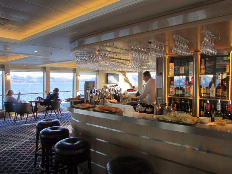 Bar del Salón Darwin del Ventus Australis recorriendo el crucero Silencio del fin del mundo