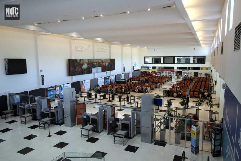 Vista del hall de la TQM Terminal Quinquela Martín y las pantallas de Port Media