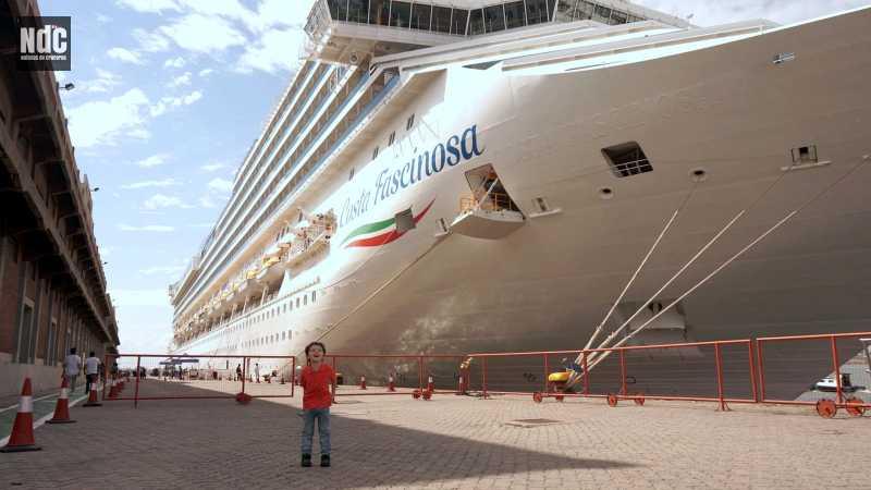 Tomi, ya un experto en el Costa Fascinosa, matándose de risa mientras posa frente a la proa de la nave.