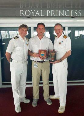 Michael Prasse, Paul Fitzpatrick y el Capitán Nick Nash, intercambiando presentes.