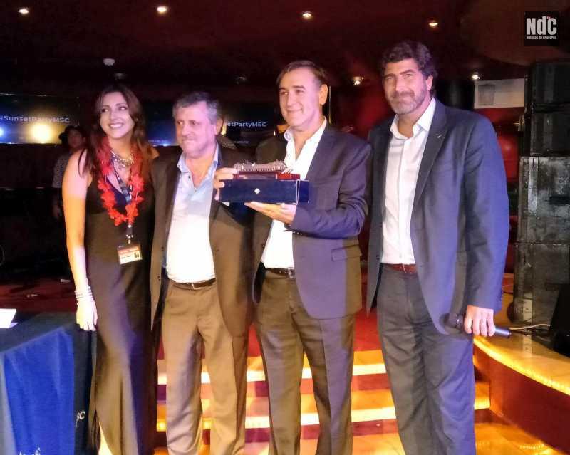 El staff de MSC entregando el primer premio de los MSC Awards: Jazmín Vargas, Pablo Laudonia, Gerardo Ducau (Panamérica Cruises) y Javier Massignani
