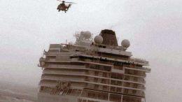 El Viking Sky con uno de los helicópteros de rescate.