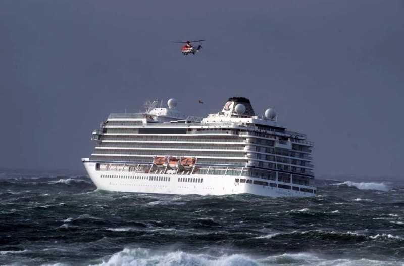 El Viking Sky evacuando sus huéspedes en helicóptero.
