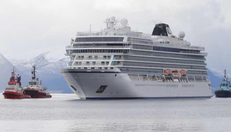 El Viking Sky entrando a Molde, asistido por los remolcadores.