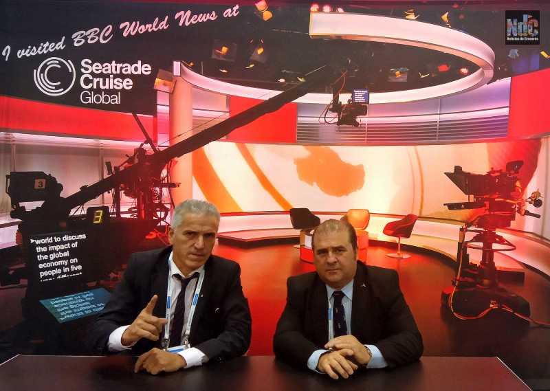 Un momento de diversión cuando Guillermo Gatti (PortMedia) y Ricardo Marengo (Noticias de Cruceros) se hicieron una foto en el decorado de entrevistas de la BBC en la Seatrade.