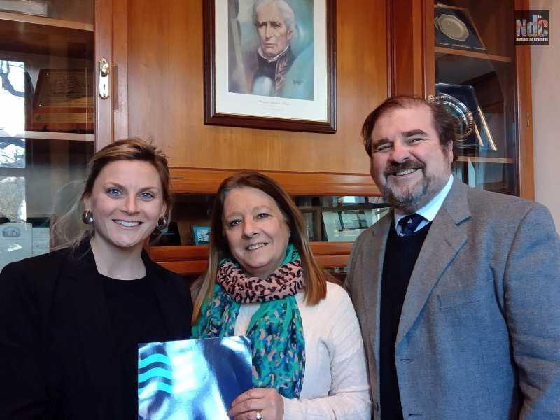 Micaela Scalise, Graciela Blotta y Ricardo Marengo en el momento de la entrega del gran premio de Pullmantur